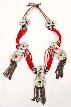Africa | Necklace from the Masai people | Early 20th century | Raffia, metal and glass beads.
