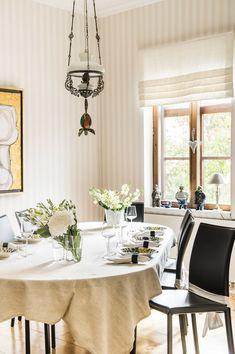 Ruokahuoneen jatkettava pöytä on Alvar Aallon suunnittelema, tuolit on ostettu…