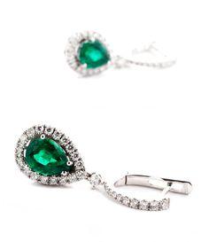 Länge: ca. 3,2 cm. Gesamtgewicht: ca. 6,8 g. WG 750. Dekorative Ohrringe mit feinen, facettierten Smaragdtropfen (wohl aus Sambia), zus. 3,34 ct, und kleinen...
