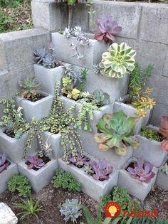 Na pozemok si nechala priviesť kvádre: Priniesla pôdu, kamienky a za pár hodín si takto úžasne vylepšila záhradu!