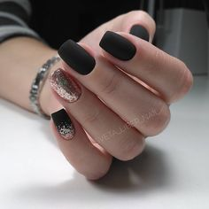 The advantage of the gel is that it allows you to enjoy your French manicure for a long time. There are four different ways to make a French manicure on gel nails. Matte Black Nails, Pink Nails, Glitter Nails, Matte Nail Polish, Sparkle Nails, Black Nails Short, Nail Black, Matte Pink, Stiletto Nails