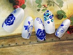 ウェディングネイルではやっぱり人気の永遠の愛が花言葉の薔薇。青い薔薇は『奇跡』だそう。バラのつるがおしゃれ度アップ♪ カラーチェンジも可能なブライダルネイルです!