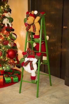 Decoración para Navidad 2017. Escalera de madera con peluches elaborados en poliéster. Medida 1.34 m. ¡Da clic y compra en línea!