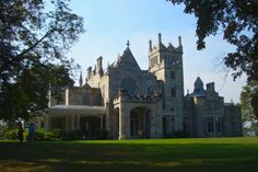 Exterior view of the Lyndhurst Mansion, previously owned by American Gilded Age railroad magnate, Jay Gould, from Located in Tarrytown, NY. Tarrytown New York, Lyndhurst Mansion, American Mansions, Castle Pictures, Castle Ruins, Second Empire, Gilded Age, East Coast, Old Houses