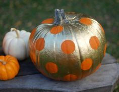 A can of gold spray paint and circle stickers make for a friendly pumpkin that's also a little bit g... - Seakettle