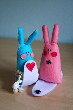 Rabbit felt earphone felt cable holder with magnetic clousure, pink and light… Easy Sewing Projects, Sewing Crafts, Projects To Try, Felt Crafts, Diy And Crafts, Kawaii Diy, Accessoires Iphone, Art N Craft, Felt Art