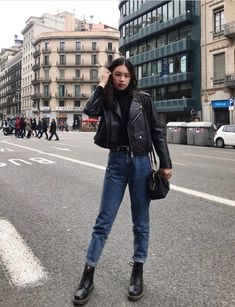 Outfit Jeans, Bootfahren Outfit, Leather Jacket Outfits, Leather Jackets, Black Mom Jeans Outfit, Black Lether Jacket, Jean Jackets, Cute Jean Jacket Outfits, Outfits With Mom Jeans