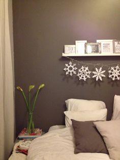 Bedroom | Cozy | Winter | Holiday | Christmas decor | White | Gray | Interior