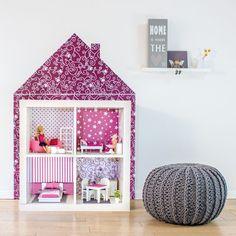 """Dieses Wandtattoo von Limmaland lässt sich ruckzuck mit Möbelstücken von Ikea kombinieren. Die """"Kleine Puppenvilla"""" verwandelt die Regale """"Kallax"""" oder """"Expedit"""" im Handumdrehen in ein farbenfrohes Puppenhaus. Gibt's bei uns im Shop: https://www.wie-einfach.de/cgi-bin/adframe/leben/ProductDisplay?PROD_ID=10000156&CAT1=leben&CAT2=kinder #Wohnen #interiordesign #Kinderzimmer #Inneneinrichtung"""