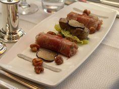 Een fijne steak tartaar van kalfsvlees omwikkeld met Serrano ham, waarbij gegrilde ganzenlever en gebakken cantharellen, met een rijke truffeldressing.
