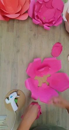 How to make a giant paper flower - Free paper flower template, DIY crafts The Effective Pictures We Offer You About decoration fete A - Paper Flowers Craft, Large Paper Flowers, Giant Paper Flowers, Paper Roses, Flower Crafts, Diy Flowers, Flower Decorations, How To Make Flowers Out Of Paper, 3d Flower Wall Decor