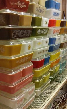 Rainbow if Pyrex Refrigerator Dishes Vintage Kitchenware, Vintage Bowls, Vintage Dishes, Vintage Pyrex, Shabby Vintage, Vintage Pottery, Pyrex Display, Display Shelves, Vintage Kitchen Accessories