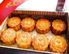 when i saw wing wah(荣华) selling mooncakes at the airport, i knew that that time of the year is approaching again. i'd decided to start early this year with baking. Asian Snacks, Asian Desserts, Cake Recipes, Snack Recipes, Cooking Recipes, Chinese Street Food, Chinese Food, Mooncake Recipe, Traditional Cakes