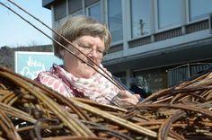 Ungane leika i peanøtthytte av pil - Sunnhordland