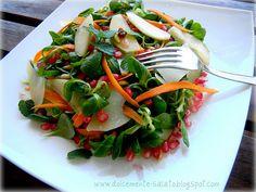 Insalata di verdure, melograno, pere e scaglie di grana