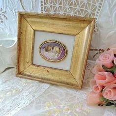 Un amour de petit cadre en bois doré à la feuille, médaillon en porcelaine d'un petit couple scène romantique