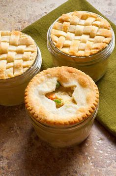 Mini Chicken Pot Pies (by thenerdswife) are made in a wide-mouth pint canning jar!These Mini Chicken Pot Pies (by thenerdswife) are made in a wide-mouth pint canning jar! Mason Jar Pies, Mason Jar Desserts, Mason Jar Meals, Meals In A Jar, Canning Jars, Mason Jar Food, Mason Jar Recipes, Party Desserts, Pie Recipes