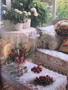 A Shabby Chic Living Room – Decorating On a Budget – Simple Shabby Chic Casas Shabby Chic, Shabby Chic Mode, Estilo Shabby Chic, Shabby Chic Cottage, Vintage Shabby Chic, Shabby Chic Style, Shabby Chic Decor, Cottage Style, Vintage Decor