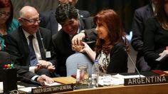 En Nueva York. Cristina le convida nueces a Zannini ante Timerman durante una reunión de alto nivel del Consejo de Seguridad de Naciones Unidas sobre terrorismo mundial durante la 69 Asamblea General de la ONU, el miércoles 24 de septiembre de 2014, en Nueva York (EE.UU.). (EFE/JUSTIN LANE)