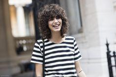 A modelo argentina Mica Arganaraz - referência de corte de cabelo para o próximo verão