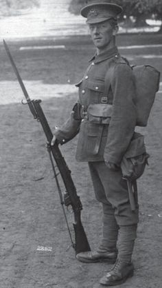A British soldier in full marching order early in World War I. He carries the Mk. I SMLE fastened with an early Pattern 1907 bayonet British Army Uniform, British Soldier, World War One, First World, Commonwealth, First Battle Of Ypres, Ww1 Soldiers, British Armed Forces, Local Hero