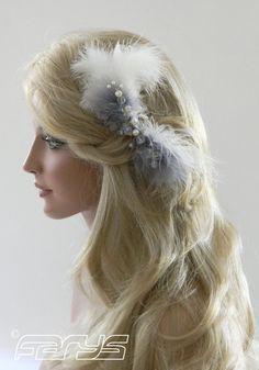 Name: Josephine Kollektion: Paris Taubengrau und weiße Federn umranden die spielerische Komposition von changierenden, facettierten Glasperlen und Perlen. Diesen Haarschmuck...