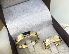 Alianças Couple Rings Gold, Engagement Rings Couple, Beautiful Engagement Rings, Wedding Sets, Wedding Bands, Creative Wedding Ideas, Gold Wedding Rings, Diamond Bands, Ring Designs