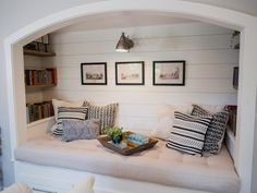 Fixer Upper: California Dreamin' in the Waco, Texas Suburbs Chip and Joanna Gaines help a California couple, looking to settle in Waco, create a distinctive home with lots of space, light and a creative cottage vibe. Small Bedrooms, Guest Bedrooms, Guest Room, Style At Home, Casa Rock, Cozy Nook, Magnolia Homes, Trendy Home, My New Room