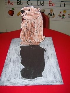 Adorable Groundhog Day craft for preschoolers and kindergartners! Will the groundhog see his shadow?