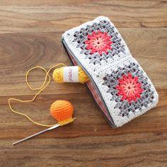 Not 2 late to craft: Cartera de ganxet i resultat del sorteig / Crochet granny square purse and giveaway results Crochet Pencil Case, Crochet Case, Crochet Coin Purse, Crochet Purses, Crochet Granny, Easy Crochet, Crochet Mittens Free Pattern, Crochet Blanket Edging, Crochet Patterns