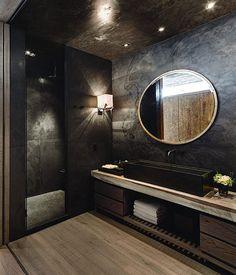 Donkergrijze natuursteen met rustieke houten planken in badkamer