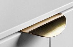 Smukt håndtag til Ikea køkken fra Superfront. Fås både i messing, kobber, stål og hvid.
