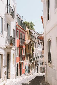 Your guide on how to spend 2 days in Lisbon. Everything you need to know before traveling to Lisbon, Portugal. Including local tips and recommendations for two days in Lisbon. Visit Portugal, Portugal Travel, Lisbon Portugal, Covent Garden, Bangkok Thailand, Algarve, Mykonos, Lisbon Map, Lisbon Food