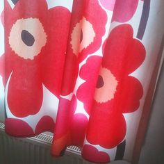 ..for that retro look you can't beat Marimekko's classic 1965 'Unikko' design. ...Nice curtains! 😀 ... #finland100_igchallenge 84/100 ... 'posting a series of random images from or associated with Finland to celebrate the country's 100th anniversary. . . #marimekko #unikko #1965 #finland #finnish #homestyle #housedecor #thisisfinland #suomifinland100 #weareinfinland #nordic #maijaisola #finnishculture #material #greatdesigns #designer #curtains #biginfinland #finnishdesign #retro #60s…