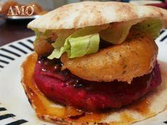 Hambúrguer de grão de bico com beterraba, chutney de maracujá e anéis de cebola