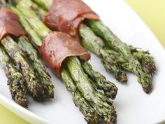 Easter Appetizer:  Prosciutto Wrapped Asparagus http://www.ivillage.com/easter-menu-ideas/3-b-55138#339068