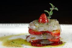 Carpaccio di mazzancolle e fragole, con emulsione di aceto balsamico, sale nero e maggiorana