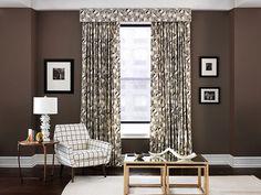 Les tissus d'ameublement rétro Modern Archive par Robert Allen et Dwell Studio: salon avec chaise imprimée Painted Check Ink et rideaux Winter Crane   Décormag