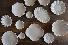 白いコサージュやマーガレットなどのお花のお皿たち。どのお皿も素敵でかわいらしいですね。ちょっとしたおかずをのせたり、チョコレートやクッキーなどのお菓子をのせたり。幅広く活躍してくれそうです。
