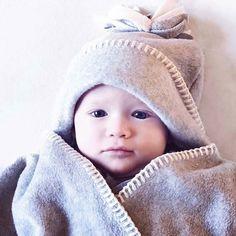 : @monica.nyhus. Nydelige Emilio med vår #stjernewrap  Dette er gaven til de som vil ha det lille ekstra! #delikat #love #kjærlighet #vinter #gull #unik #gave #dinbabyshower #detlilleekstra #jul #babyshower #dåp #navnefest #fødsel #nyfødt www.dinbabyshower.no
