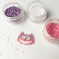 Le reconnaissez-vous ? Le chat de Cheshire, celui-ci a évidemment ses couleurs fantaisies de Disney Si ca en intéresse, je peux vous partager mon diagramme ☺️ - - Edit : #diagrammeperles sur mon blog #chatdecheshire #cheshirecat #aliceinwonderland #aliceaupaysdesmerveilles #perles #miyuki #tissageperles #brickstitch #jenfiledesperlesetjassume #beads