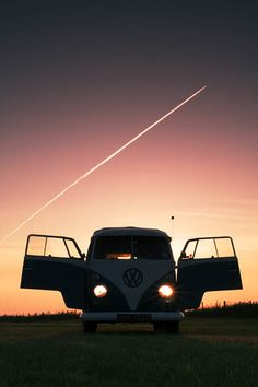 The beauty of a vw bus. Volkswagen Transporter, Volkswagen Bus, T1 Bus, Bus Camper, Vw T1, Campers, Hippie Camper, Location Camping Car, Vw Camping