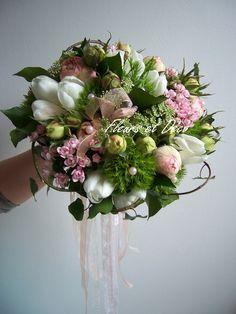 Bouquet de mariée vintage, rose poudré avec ruban de dentelles. www.fleursetdéco.fr