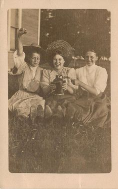 party time∴ Trios ∴ the three graces & groups of 3 in art and photos - Edwardian chums Antique Photos, Vintage Pictures, Old Pictures, Vintage Images, Old Photos, Lily Elsie, Edwardian Era, Victorian Era, Victorian Women