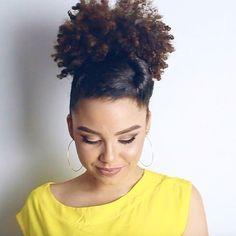 Cadê minhas meninas que estavam LOUCAAAS pra saber comé que faz esse penteado, hein? Saiu agora a noite o tutorial lá no meu canaaaaal!!!!  E de quebra falei de uma conquista desse mês de maio! ✨ Vocês ficarão encantadas com esse penteado, é tão fácil fazer esse topetinho retrô, e dá pra fazer e se inspirar pra qualquer tipo de cabelo! VENHAM: www.youtube.com/blogapenasana {LINK NA BIO} ✅ #VaiQVaiPraLista #VaiQVai #Seda