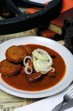 Hovězí guláš Czech Recipes, Ethnic Recipes, Thai Red Curry, Stew, Paleo, Cooking, Health, Food, Goulash