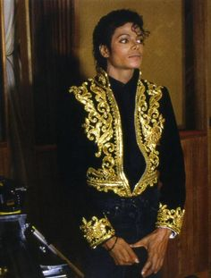 Junio 25 de 2009, el cantante y compositor Michael Jackson murió a la edad de 50, después de sufrir una falla cardíaca en su casa de Beverly Hills. Jackson es acreditado por ser el artista que transformó el video musical en una gran arma de promoción y por las ventas millonarias de sus álbumes como solista: Off the Wall (1979), Bad (1987), Dangerous (1991) y HIStory (1995), mientras que Thriller de 1982 es el más vendido en la historia de la música con 50 millones de copias.