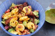 Ein köstliches 15-Minuten-Gericht mit Avocado, Garnelen und getrockneten Tomaten. Low Carb, extrem gesund und ausgewogen! Ausprobieren!