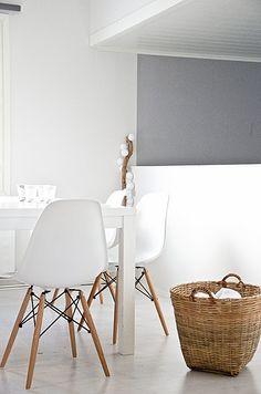 Las sillas Eames con formas simples y modernas se adaptan a cualquier estilo que ya tengas en tu casa.