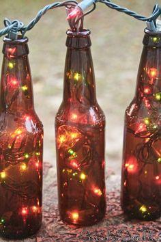 10 Decorating Ideas With Christmas Lights bierflessen en kerstverlichting, misschien buiten of op de bar/